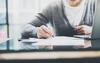 Umlageverfahren: Laptop, Schreibtisch, Notizen