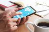 Patient betrachtet Gesundheitswerte auf dem Smartphone