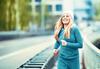 Frau läuft fröhlich durch die Stadt
