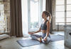 Frau meditiert in einem Yogaloft.