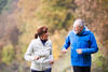 Zwei Menschen joggen in der freien Natur