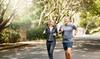 Zwei Menschen joggen im Park.