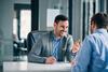 Berater im Gespräch mit einem Kunden