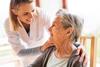 Pflegerin mit älterer Dame im Dialog