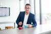 Herr Risse isst Apfel und Müsli im Büro