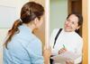 Medizinischer Dienst: Mitarbeiterin des medizinischen Dienst besucht Patientin
