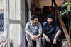 KUNDEN WERBEN: zwei junge Männer sitzen auf der Treppe