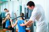 Physiotherapeut behandelt Patientin