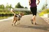 Frau joggt mit ihrem Hund.
