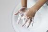 Erkältungszeit: Person wäscht Hände