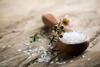 Salzkonsum: Teelöffel mit Salz