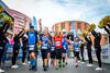 Jubelnde Läufer auf der Laufstrecke