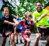 Junge Eltern mit Sohn auf der Laufstrecke beim SOLO Run