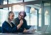 Business Frau und Mann vor einem Laptop