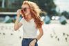 Junge Frau mit Sonnenbrille in der Stadt