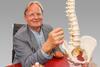 Prof. Dr. Dietrich Grönemeyer mit dem Modell  einer Wirbelsäule, das einen Bandscheibenvorfall darstellt. (Fotograf Stephan Schütze/Abdruck honorarfrei)
