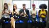 Onlinesucht: Teenager sitzen in der Bahn nebeneinander und schauen auf ihr Handy