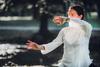 Frau macht Übungen Qigong