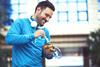 Mann isst einen Salat nach dem Sport