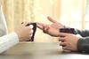 Hände von zwei Menschen, die miteinander sprechen