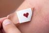 Blutspende: Pflaster mit einem Herz