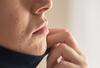 Frau mit Akne und irritierter Haut vom Tragen einer Mund-Nasen-Schutzmaske