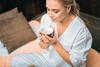 Junge Frau entspannt sich bei einer Tasse Tee