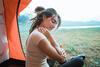 Junge Frau im Zelt auf der Wiese