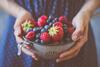 Frau mit Schale mit Beeren