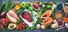 Verschiedene Lebensmittel für eine ausgewogene Ernährung auf einer Platte angerichtet