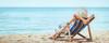 Frau am Strand im Liegestuhl