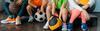 Kinder mit Basketball, Fußball und anderen Bällen