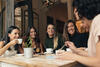 HYGGE: Freundinnen sitzen zusammen und trinken Tee