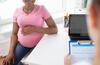Schwangere beim Beratungsgespräch mit dem Gynäkologen