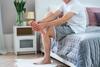 Mann massiert seinen schmerzenden Fuß